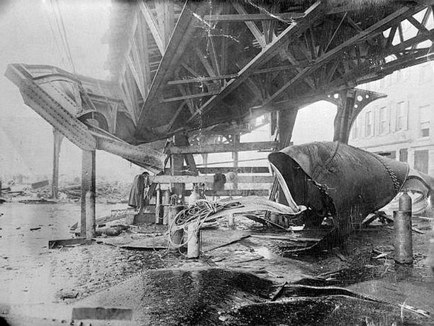 Sillalla kulkeva junarata vaurioitui pahoin.