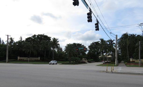 Kohtalokas kolari sattui tässä risteyksessä, Palm Beachilla Floridassa.