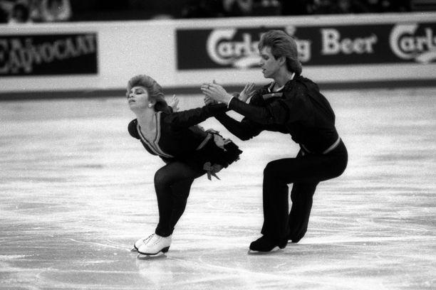 Natalia Bestemianova ja hänen parinsa Andrej Bukin vuonna 1988.