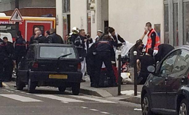 12 ihmistä kuoli, kun kolme miestä hyökkäsi satiirijulkaisu Charlie Hebdon toimitukseen Pariisissa.