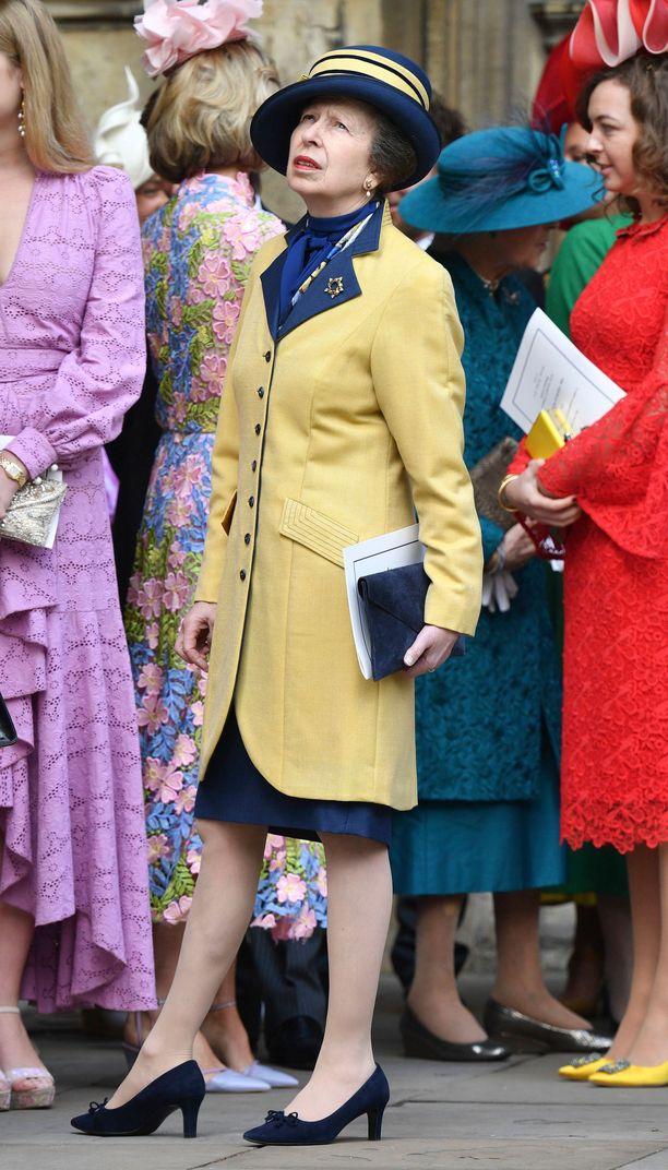 Prinsessa Annen hääeleganssi muodostui kelta-sinisestä jakkupuvusta.