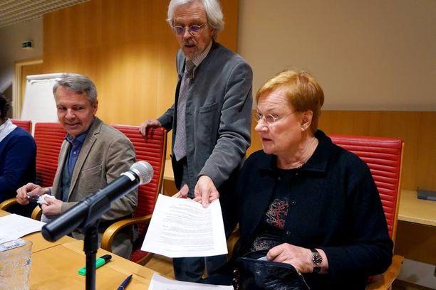 Presidentti Tarja Halonen johti tiistai-iltana puhetta eduskuntavaaliehdokkaiden Pentti Arajärven (sd) ja Pekka Haaviston (vihr) tilaisuudessa.