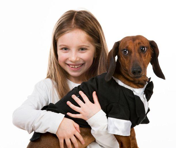 Kuinka liikkistä! Vai onko sittenkään? Kielivätkö koiran kasvojen ilmeet siitä, ettei se haluaisi olla rutistettavana?