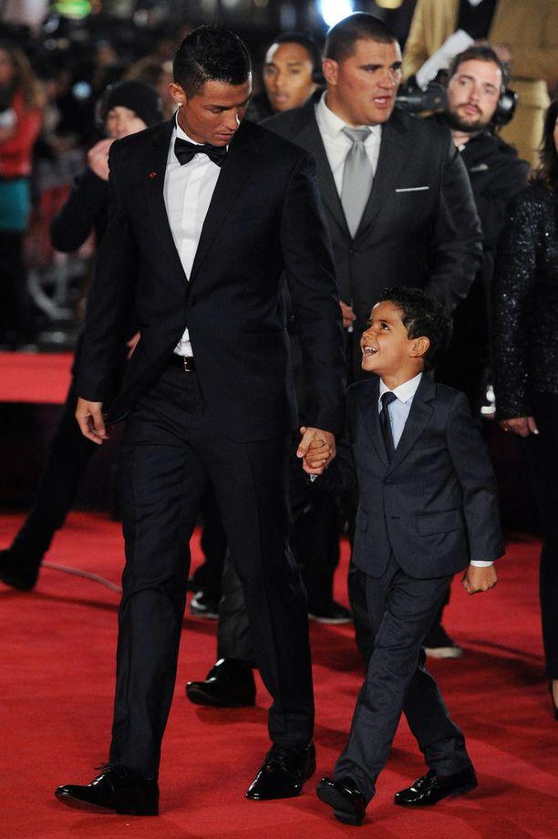 "Cristiano Ronaldo ja esikoispoikansa ""mini-me"" Cristiano Ronaldo Junior."