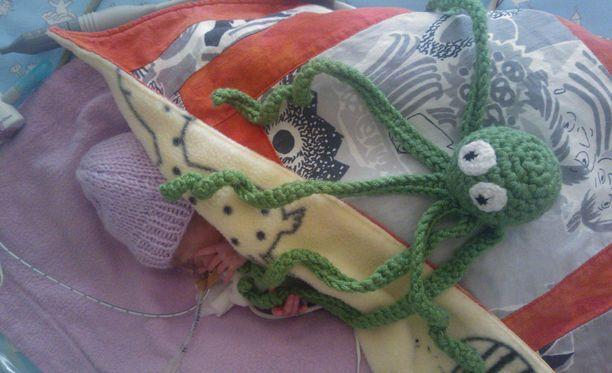 Annikan Kerttu vauva sai vierelleen Simo-mustekalan.
