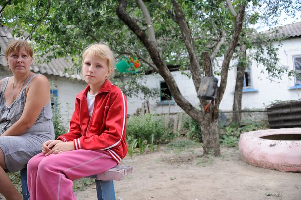 Anna-tyttö koki järkyttävän yön, kun hänen kotiinsa osui suuri ammus. Äidin valppaus pelasti perheen.