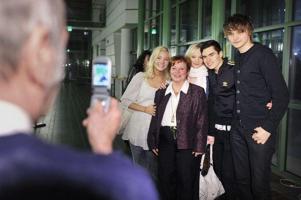 Kotikadun 500. jakson kunniaksi talvella 2002 tekijät tapasivat fanejaan. Kuvassa mukana sarjan nuoriso-osastoa edustaneet Kalle Lindroth ja Roope Salminen.