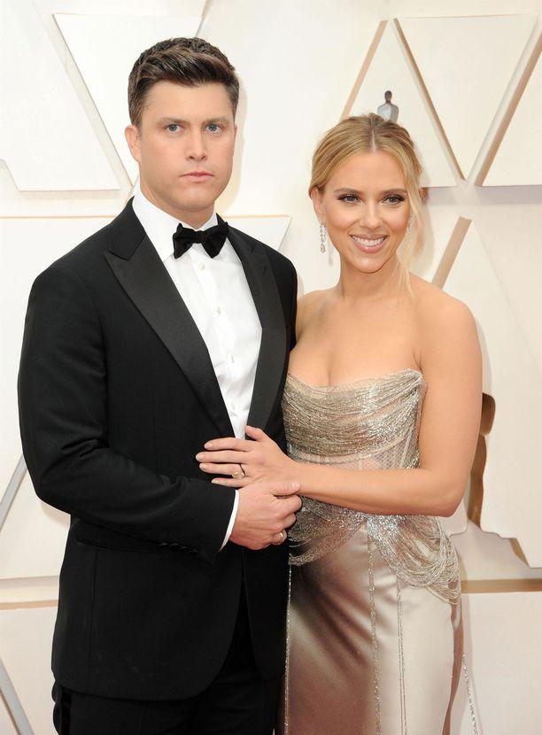 Scarlett Johansson ja Colin Jost avioituivat intiimissä seremoniassa vain lähimpien perheenjäsenten ja ystävien läsnä ollessa.
