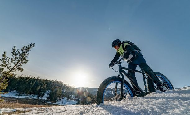 Lumisessa maastossa pyöräily onnistuu Fatbiken paksujen renkaiden varassa.