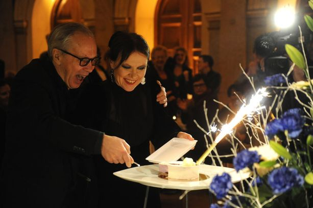 Pekka Milonoff ja Rosa Liksom leikkasivat Finlandia-palkinnon kunniaksi yhdessä kakkua.