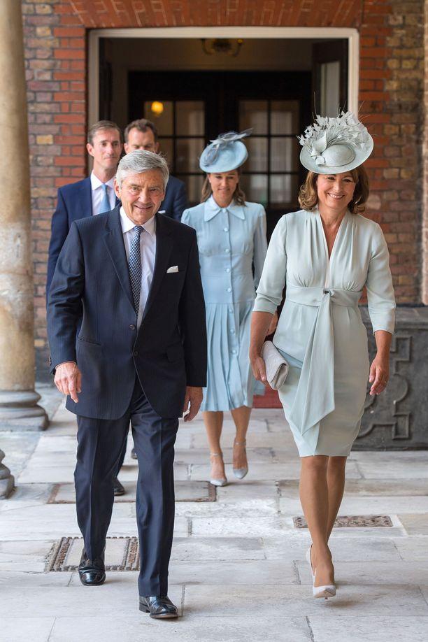 Michael ja Carole Middleton kuvattu saapumassa prinssi Louisin ristiäisiin.