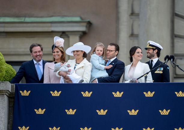 Kuninkaan lapset puolisoineen. Mukana myös Victorian ja Danielin Oscar-poika.