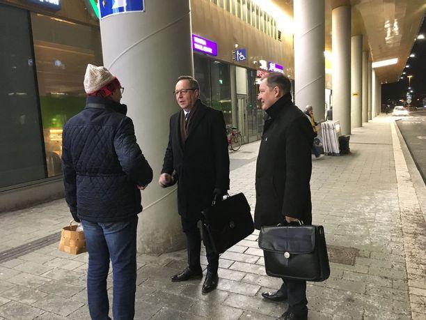 Torvalds kohtasi Dixin edessä yllättäen elinkeinoministeri Mika Lintilän, joka kertoi miesten olevan sukua toisilleen.