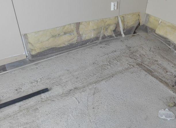 Kuvassa ensimmäisen huoneen lattia purettu.