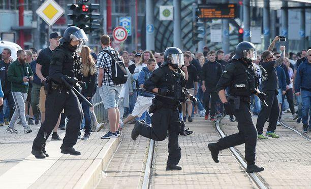 Kaduilla oli enimmillään 800 mielenosoittajaa, jotka eivät poliisin mukaan olleet yhteistyöhaluisia.