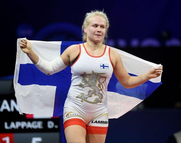 Maailmanmestari Petra Olli herkistyi Budapestissa voittonsa jälkeen.