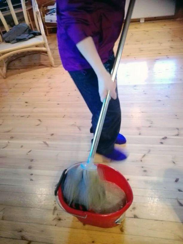 Seurueen mökkiloman ensimmäinen päivä kului pitkälti siivotessa.