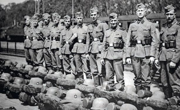 Suomalaisia SS-miehiä valmistautumassa itärintamalle lähtöön toukokuussa tai kesäkuussa 1941.