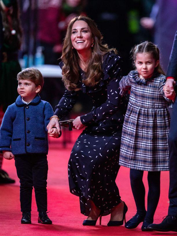 Herttuatar Catherine poseerasi nuorimmaistensa kanssa joulukuussa hyväntekeväisyystapahtumassa.