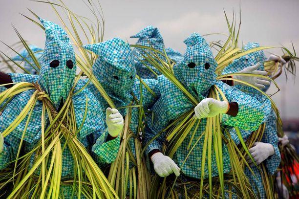 Lagosin karnevaaleihin toivat väriä myös nämä viherpiipertäjiksi naamioituneet veijarit.