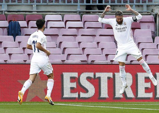 Real Madridin kapteeni Sergio Ramos (oikealla) pääsi laukomaan voittomaalin el Clásicossa.