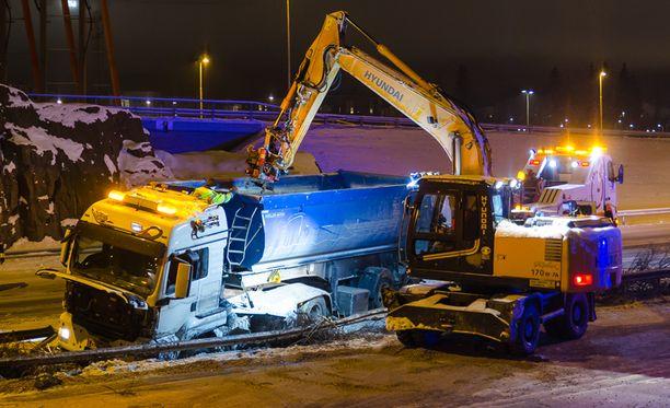 Onnettomuuden raivaustyöt haittasivat liikennettä Kehä II:lla useiden tuntien ajan.