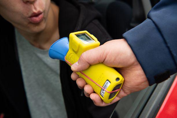Suomalaisilla on tiukka asenne rattijuopumusta vastaan. Silti monet lähtevät päissään ajamaan.