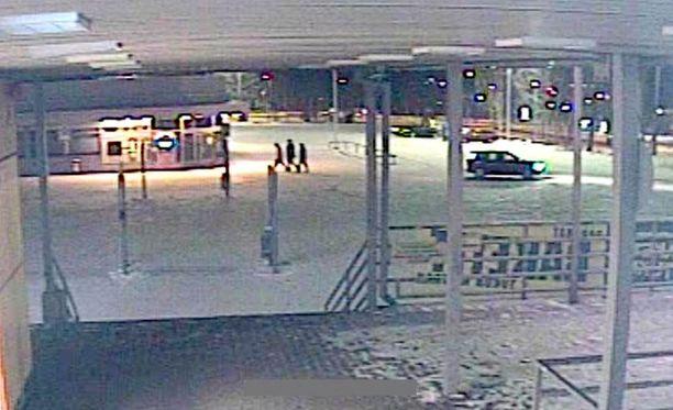 Näitä kolmea nuorta henkilöä poliisi etsii todistajiksi.