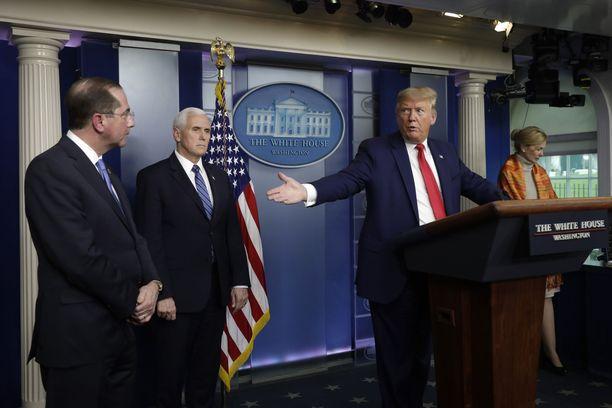 Herrat vasemmalta: Alex Azar, Mike Pence ja Donald Trump.