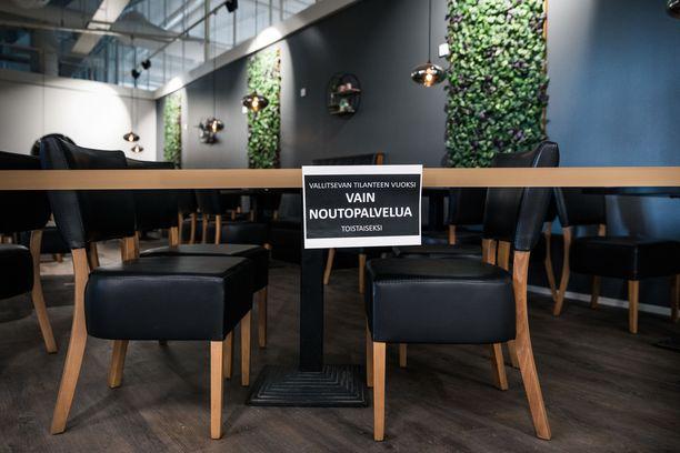 Ravintolat joutuivat keväällä sulkemaan asiakastilansa koronan takia. Kesäkuun alussa tilat saatiin avata rajoitetusti. Lisäksi aukioloaikoja on tästä rajoitettu merkittävästi.