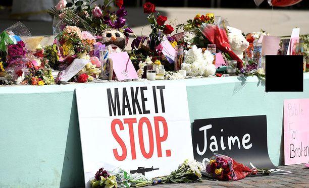 Floridalassa keskiviikon kouluammuskelusta selvinneet oppilaat ovat lauantaina järjestetyssä mielenilmauksessa vaatineet tiukempia aselakeja.
