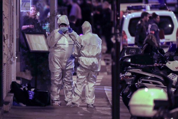 Ranskan poliisi työskenteli rikospaikalla Oopperatalon lähellä iskun jälkeen.