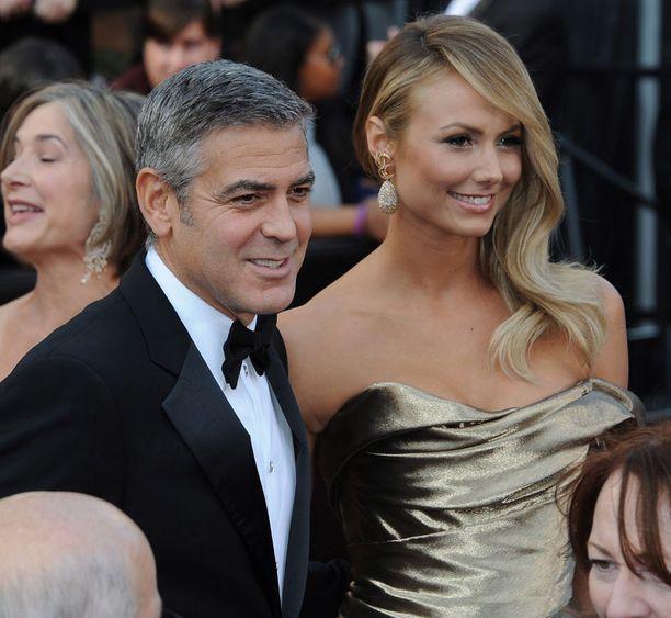 Illan yksi taatusti odotetuimmista pariskunnista: George Clooney, joka on ehdokkaana parhaan miespääosan saajaksi, ja tyttöystävä Stacy Keibler.
