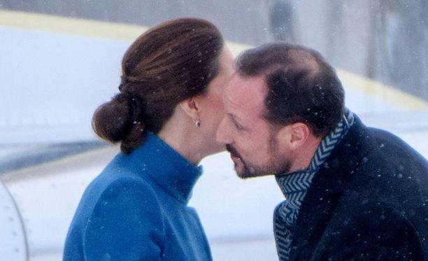 Kruununprinssi Haakon tervehti herttuatar Catherinea poskipusuin.