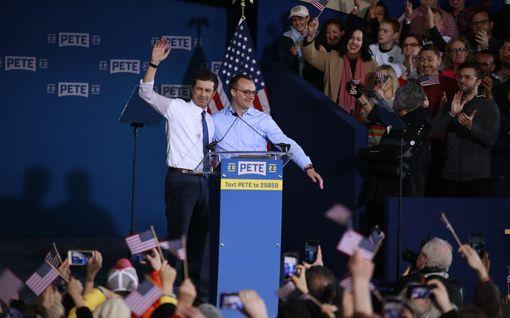 Analyysi: Onko USA valmis homopresidenttiin? Gallupien kärkikahinoihin nousi nuori veteraanimies, joka sattuu olemaan naimisissa miehen kanssa