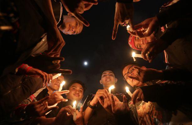 Indonesian Jakartassa turvauduttiin kynttilän valoon.