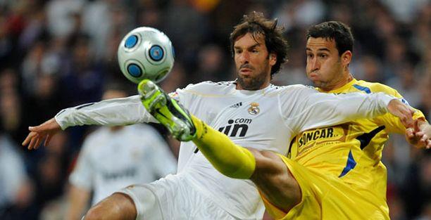 Ruud van Nistelrooy (vas.) pelasi, kun Real Madrid kohtasi alasarjaseura Alcorconin Espanjan cupin toisessa osaottelussa. Madrid tippui jatkosta.