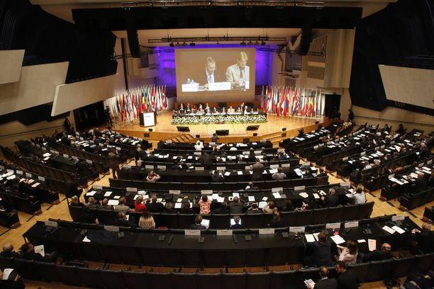 Etyjin parlamentaarisen yleiskokouksen osanottajille tarjottiin kymmeniätuhansia euroja maksanut illallinen.