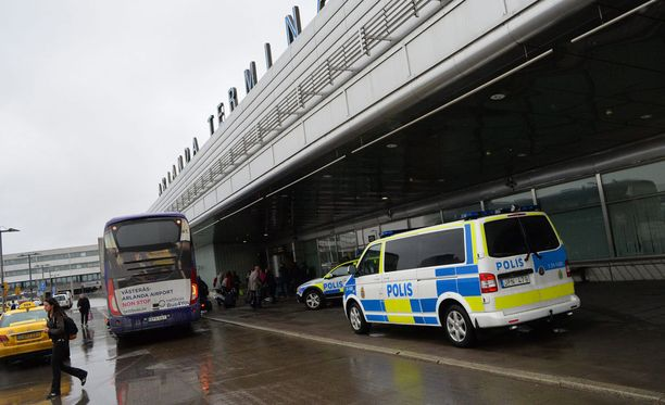 Ruotsin poliisi nostaa valmiuttaan. Arkistokuvassa Arlandan lentokenttä Brysselin iskun jälkeen.