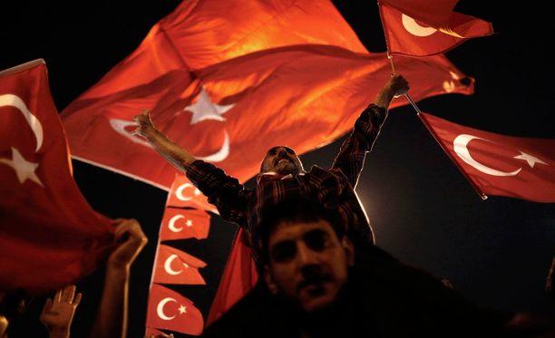 Presidentti Erdoganin tukijat juhlivat sunnuntaina Taksimin aukiolla Istanbulissa vallankaappausyrityksen kukistamista.
