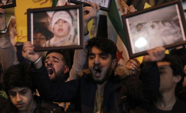 Turkissa Istanbulissa ihmiset kerääntyivät osoittamaan mieltään Venäjän suurlähetystön eteen. Syyrian hallituksen liittolaisen Venäjän on epäilty olleen osallinen epäiltyyn kaasuiskuun.