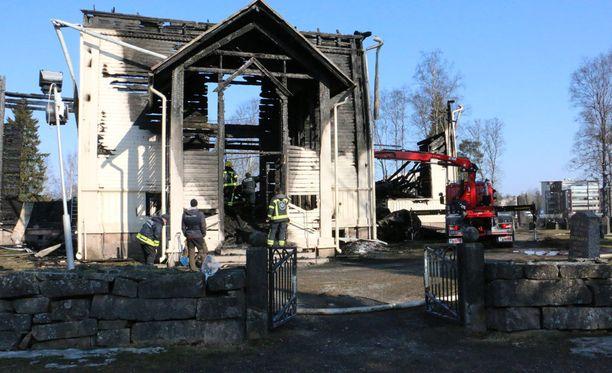 Ylivieskan kirkko tuhoutui palossa täysin.