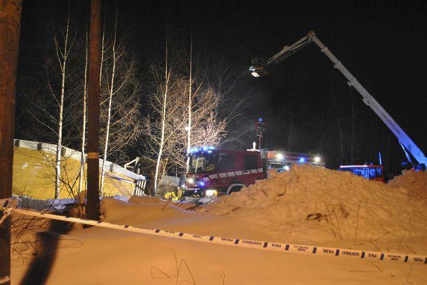 Yksi tyttö kuoli ja neljä muuta ihmistä jäi ratsastusmaneesin romahtaneen katon alle Laukaassa helmikuussa 2013.