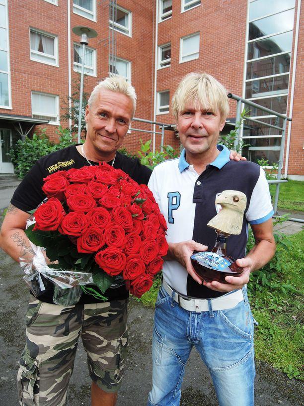 Kai Merilä onnitteli 50-vuotiasta Matti Nykästä 50 ruusulla ja konjakkipullolla, jonka korkki oli veistetty mäkikotkaksi. –Niittasin korkin niin kovasti kiinni, ettei Matti saisi pulloa ainakaan kovin helpolla auki, Kaitsu muistelee.