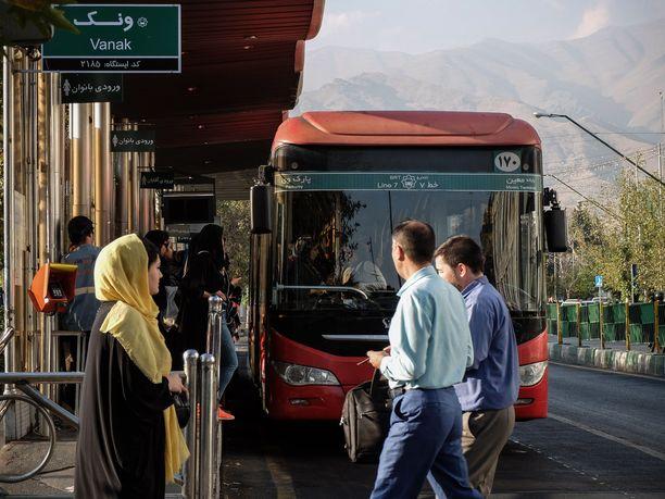 Kolmikko on pidätettynä Teheranissa.