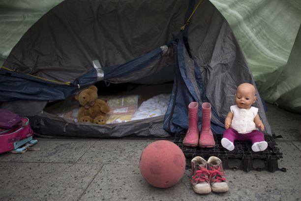 Tuhansia siirtolaislapsia katoaa Eurooppaan vuosittain. Kuva viime kesänä Saksassa järjestetystä mielenosoituksesta, jossa vaadittiin parempia oloja Kreikan Morian pakolaisleirille.