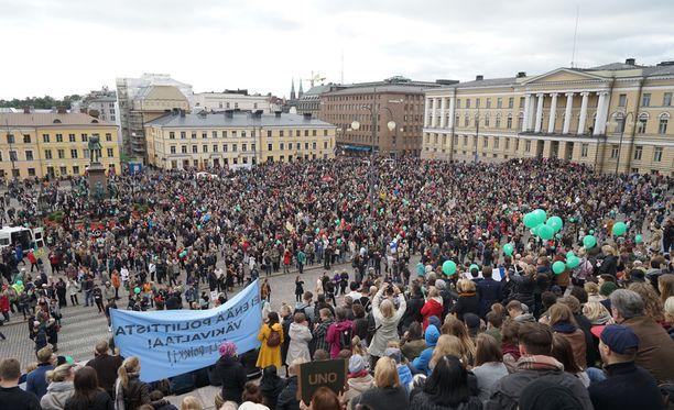 Rasisminvastainen suurmielenosoitus syyskuussa Helsingissä.