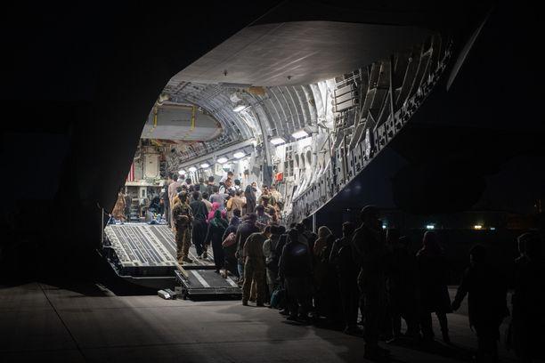USA:n joukot evakuoimassa siviilejä Kabulin lentokentällä 22. elokuuta.