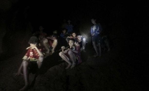 Luolastossa oleva jalkapallojoukkue valmentajineen löytyi maanantai-iltana.