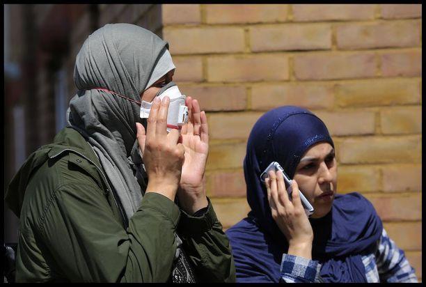 Naisilla oli maskit kasvojensa suojana onnettomuuspaikalla.